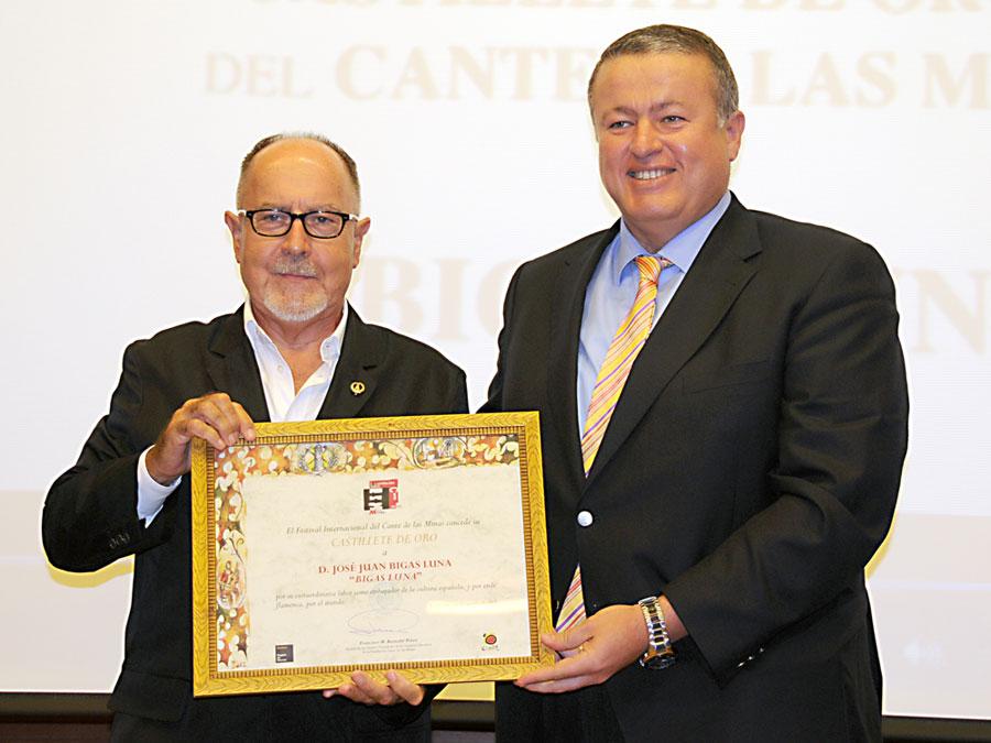 El Director de cine, Bigas Luna recibe el Castillete de Oro. Foto: FICM