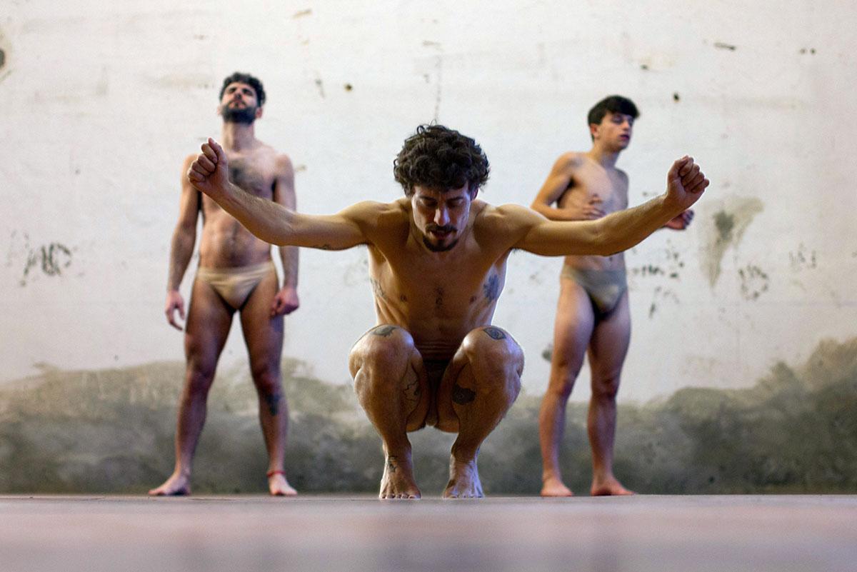'El Salto' de Jesús Carmona aplaza su estreno en La Bienal por COVID