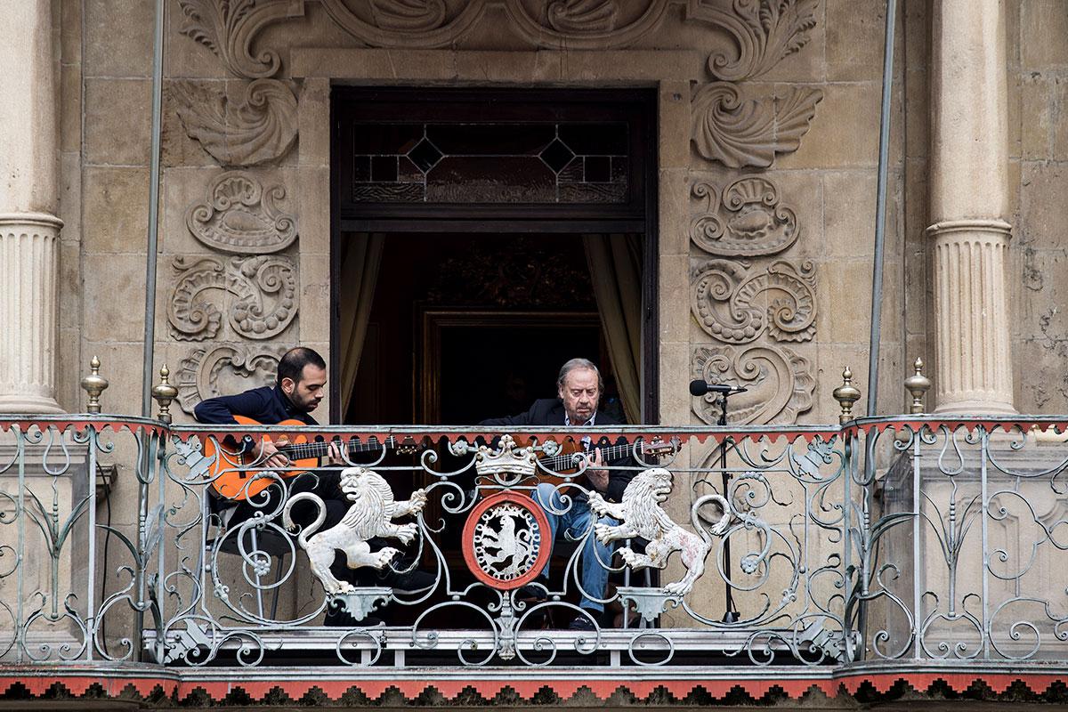 Serranito en el balcón del Ayuntamiento de Pamplona